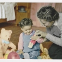 012_das-junge-maedchen-mit-spielsachen
