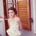 035_das-junge-maedchen-vor-dem-haus