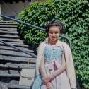 088_das-junge-maedchen-an-der-treppe
